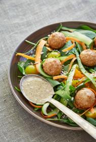 Gaļas bumbiņas ar zaļiem lapu salātiem pasniegtas ar valriekstu medus mērci