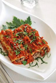 Ar gaļu un biezpienu pildīti kaneloni aromātiskos tomātos