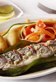 Zivs purava lapā ar dārzeņu salātiem