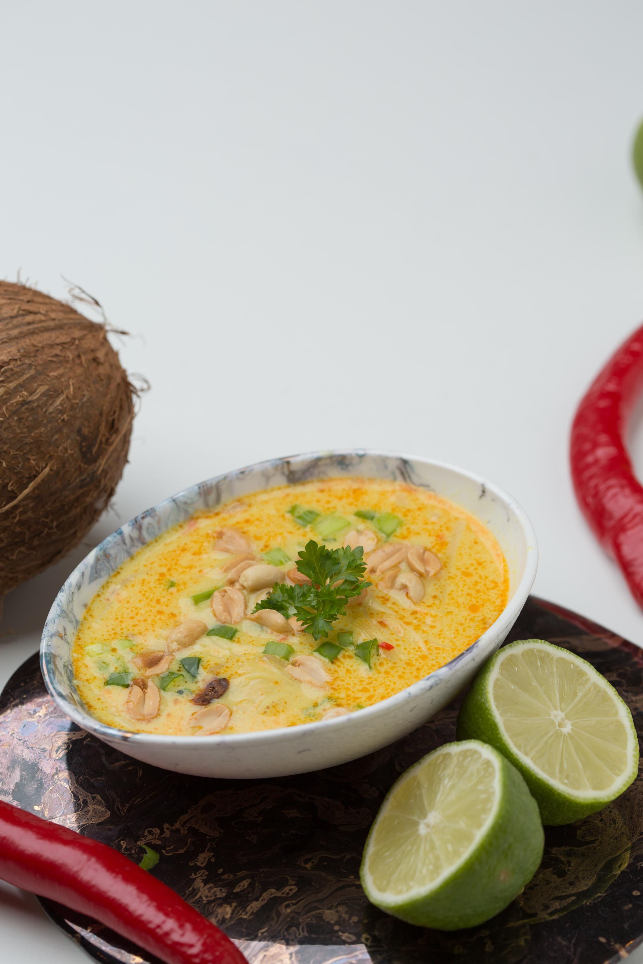 Thai zupa ar vistas fileju, zemesriekstiem un stikla nūdelēm