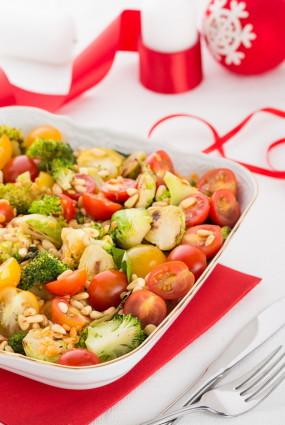 Grilētu Briseles kāpostu un brokoļu salāti ar lēcām un ķiršu tomātiņiem