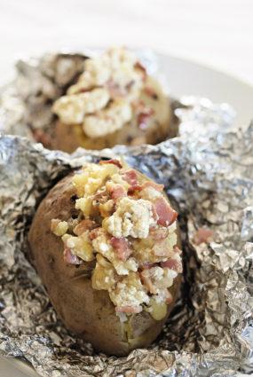 Mundierī cepti kartupeļi ar žāvētas gaļas un biezpiena mērci