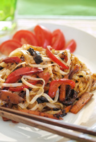 Siltie salāti ar rīsu nūdelēm un liellopu gaļas strēmelītēm