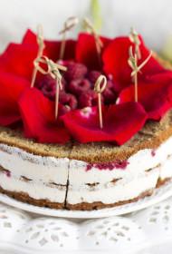 Sandwitch kūka ar rožu ziedlapiņām