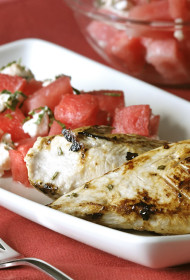 Paniņās marinētas vistas filejas ar atsvaidzinošiem arbūza salātiem