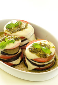 Baklažānu, mocarellas un tomātu tornīši