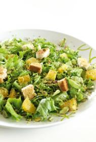 Apelsīnu, zaļo lapu un grauzdiņu salāti