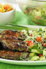 Skābenēs marinēta cūkgaļa ar zaļiem dārzeņu salātiem