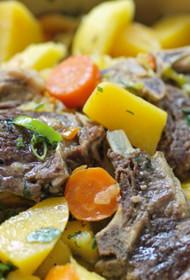 Jēra gaļa ar dārzeņiem, melnajām plūmēm un kanēli