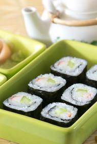 Suši ar krabju nūjiņām, gurķi un vasabi
