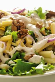 Maasdam siera un pipargurķīšu salāti ar valriekstiem