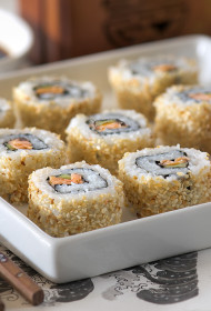 Sakamaki (uz āru izvērstie suši ar rīsiem, sezama sēkliņām, avokado un kūpinātu lasi)