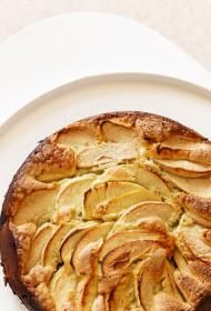 Rabarberu un ābolu kūka ar zemeņu vīnu
