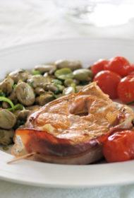 Laša steiks ar vītinātu gaļu un salvijas lapām, pasniegts ar cūku pupām puravos