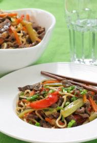 Liellopu gaļas un dārzeņu strēmelītes ķīniešu nūdelēs