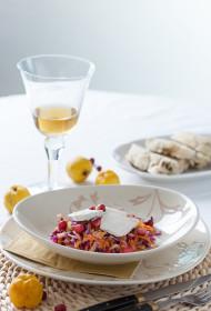 Rudens dārzeņu salāti ar cidoniju mērci, pasniegti ar valriekstu un garšaugu maizi un pašmāju zaļumu pesto