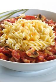 Fussilli ar kūpināto sieru, tomātiem un sēnēm