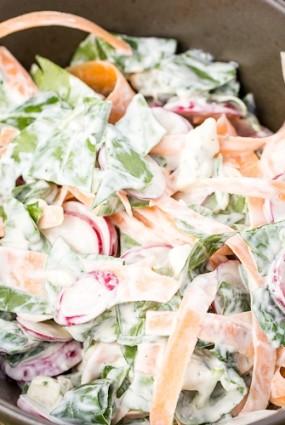 Redīsu salāti kā pamatēdiens – ar zilo sieru un sātīgu mērci