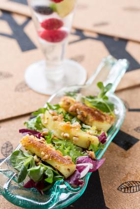 Zaļo lapu salāti ar zemesriekstos panētu ķimeņu sieru un mango