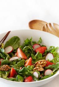 Salāti ar redīsiem, zemenēm un valriekstiem