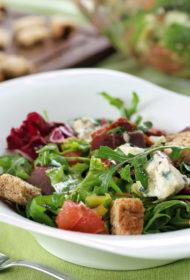 Greipfrūtu, zilā siera un vītinātā šķiņķa salāti