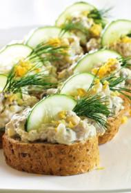 Skumbrijas salāti gurķu mētelītī