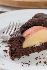 Šokolādes kūka ar vīnā karamelizētiem bumbieriem