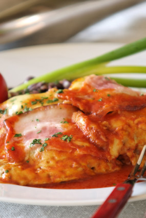 """Liellopu gaļas steiks ar šķiņķi un sieru tomātu sulā – """"Bife de a parmegiana"""""""