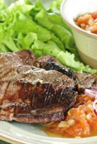 Liellopu gaļas piparu steiks ar tomātu-degvīna vai saldās kukurūzas salsu