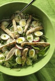 Svaigie salāti ar paipalu oliņām