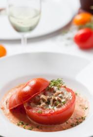 Krāsnī cepti, ar gaileņu žuljēnu pildīti tomāti