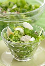 Zaļie salāti ar tunci, gurķiem, rukolu un piparmētrām