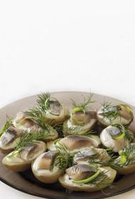 Kartupeļu uzkodas: jaunie kartupelīši ar skābo krējumu un siļķu gabaliņiem