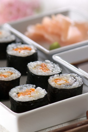 Suši ar ceptu vistas fileju, svaigo sieru un korejiešu burkāniem
