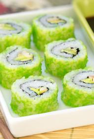 Sakamaki (uz āru izvērstie suši ar ceptas mencas gabaliņiem, avokado un lidojošās zivs ikriem)