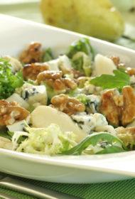 Zaļo lapu salāti ar bumbieriem, Rokforas sieru un karamelizētiem valriekstiem