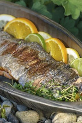 Grilēta zivs ar aromātiskām citrusaugļu ripiņām