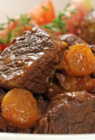 Sarkanvīnā un apelsīnos sautēta liellopu gaļa
