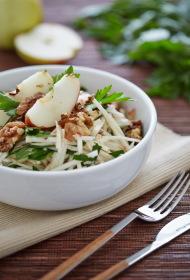 Ābolu un selerijas salāti ar pētersīļiem un valriekstiem
