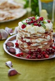 Rudzu miltu pankūku kūka ar kazas sieru, ķiplokiem un kreftīgu dzērveņu mērci