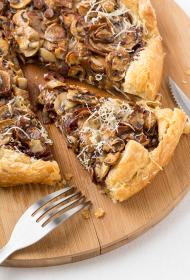 Sēņu pīrāgs ar karamelizētiem sīpoliem