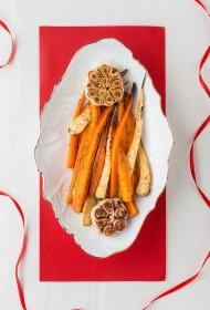 Krāsnī karamelizēti burkāni un pastinaki ar ķiplokiem marokāņu gaumē