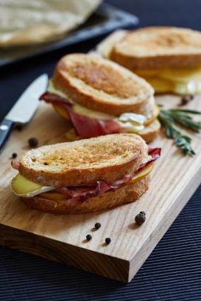 Grilēta sviestmaize ar hurmu un brī sieru