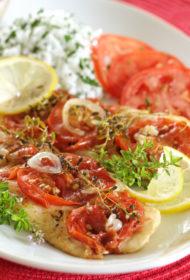 Folijā cepta zivs ar tomātu–sīpolu cepuri