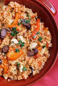 Rīsu, vistas filejas un desiņu sautējums