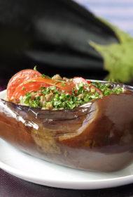 """Ar gaļu un dārzeņiem pildītas baklažānu """"laivas"""""""