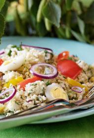 Bulgura salātu vasarīgā versija ar dārzeņiem un svaigo sieru