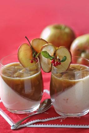 Jogurta krēms ar ceptu ābolu un kanēļa mērci
