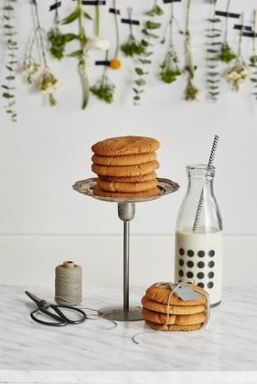 Zemesriekstu sviesta cepumi, pasniegti ar mandeļu pienu