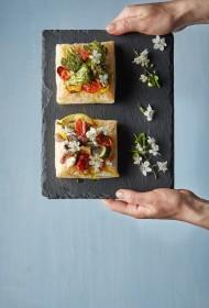 Krāsainās dārzeņu tartes ar kazas sieru un bazilika mērci